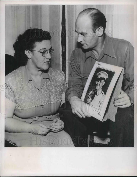 1950 Press Photo Mr.&Mrs. Ralph Walsh Hold Picture Of Son First Korean Casualty - Historic Images