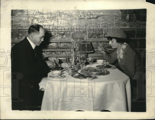 1924 Press Photo Couple Eating - Historic Images