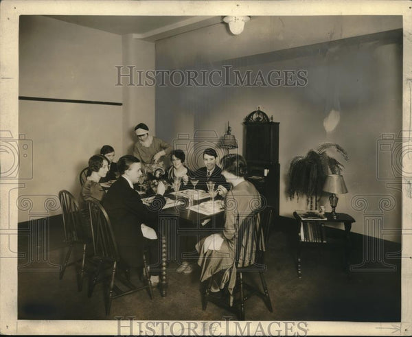 1931 Press Photo Thanksgiving with Homemaking Students of 1928 - Historic Images