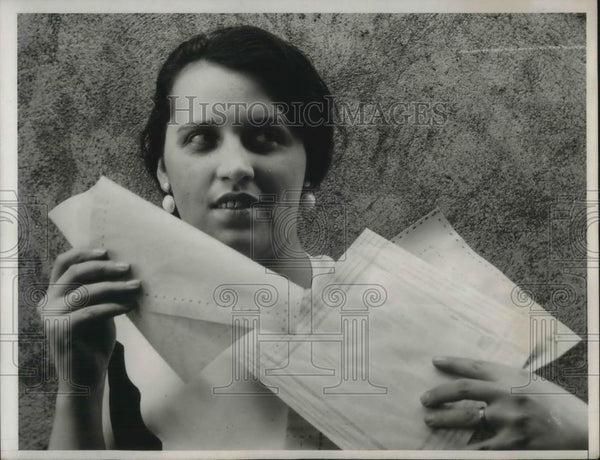 1933 Press Photo Mary Miller Shows Off Wooden Handkerchiefs - Historic Images