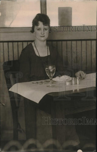 1918 Press Photo A woman sitting at the dinner table - Historic Images