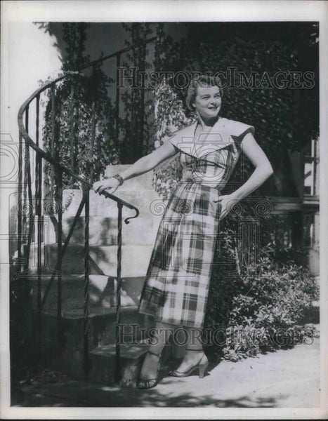 1950 Press Photo A model in new spring fashions for 1950 - Historic Images