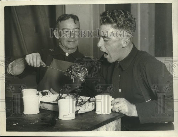 1925 Press Photo Two Men Eating - Historic Images
