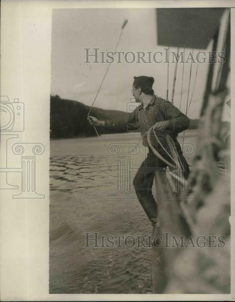 1928 Press Photo Skipper Ames heaving the lead of a boat - Historic Images