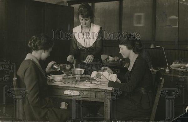 1918 Press Photo Three Women Eating - neb79098 - Historic Images