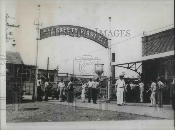 1934 Press Photo Picketing at Entrance of Aluminum Company of America Alcoa TN - Historic Images
