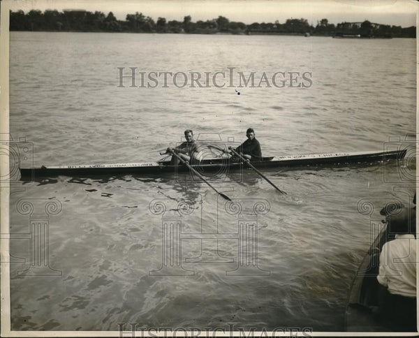 1927 Press Photo Randolph Jecek & Francis Stroke Ride In Crew Boat - Historic Images