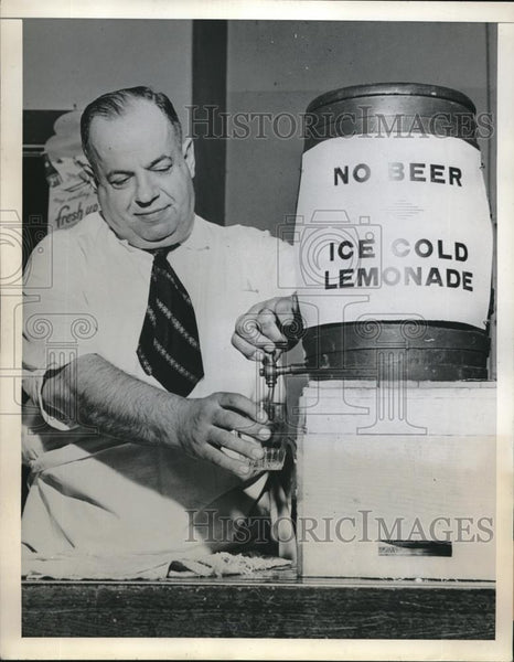 1946 Press Photo Big Jim Neerhos Local Tavern Owner Serving Lemonade No Alcohol - Historic Images