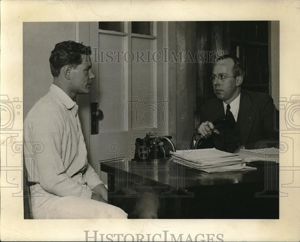 1933 Press Photo Dr. McCartney interviewing inmate - Historic Images