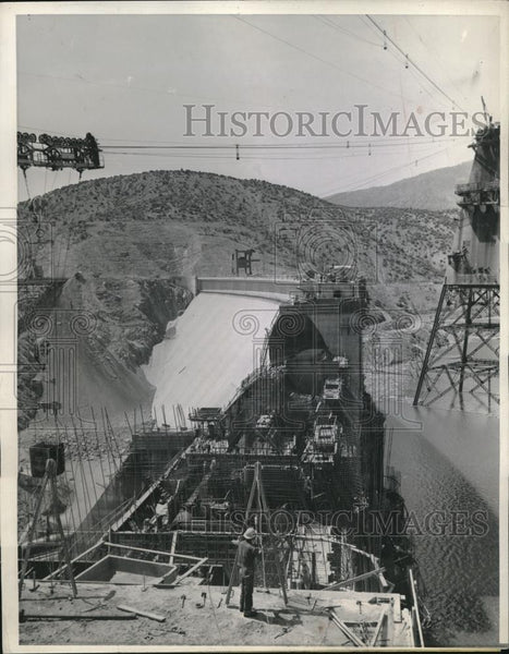 1944 Press Photo Final Link of Shasta Dam Nears Completion as Generator Placed - Historic Images