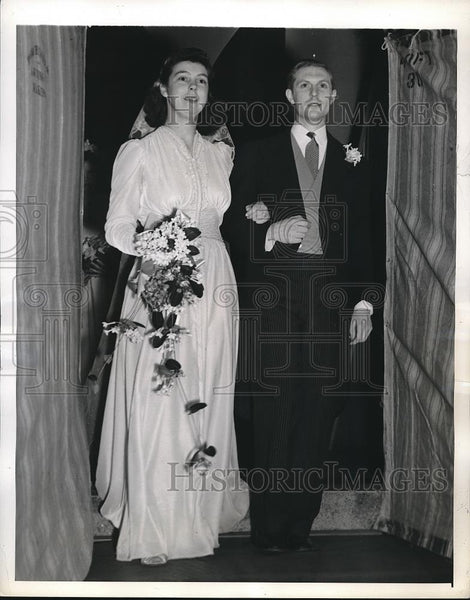 1941 Press Photo Mr and Mrs Edward Elliot Leave St. Pauls After Wedding - Historic Images