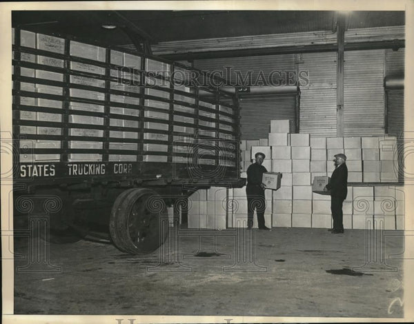 1933 Press Photo Stevedores Load Alcohol Shipments On Truck - Historic Images