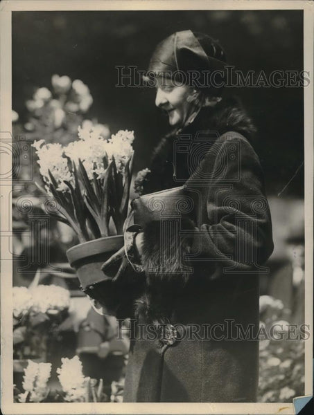1928 Press Photo Woman Shopper Choosing Hyacinth Flowers From NY Street Vendor - Historic Images