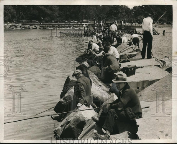 1932 Press Photo Fishermen line a lakeshorre - neb86329 - Historic Images