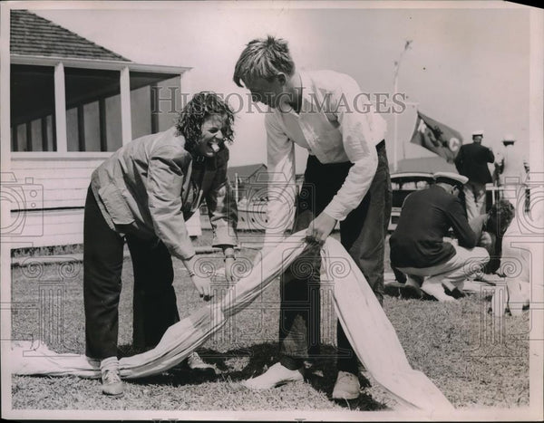 1936 Press Photo Barbara Winlock & Dudley Lanson Fixing Sprinkler North Haven Ma - Historic Images