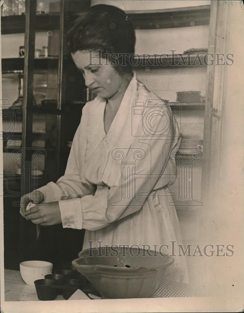 1923 Press Photo Miss Florence Johnstone, cooking instructor at YWCA classes - Historic Images