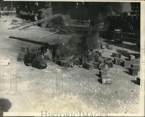 1925 Press Photo Boston, Mass Laborers keep their lunch warm during cold spell - Historic Images