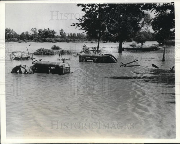 1941 Press Photo Kickapoo Island KS Farm Machinery abandon Missouri River floods - Historic Images