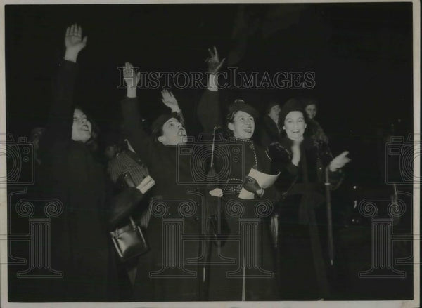 1939 Press Photo Spanish Girls Welcome Quinoles De Leon - Historic Images