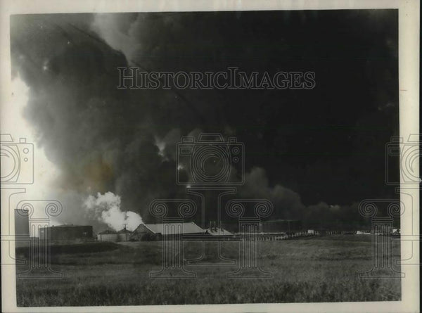 1926 Press Photo Oil fire at an English brea - Historic Images