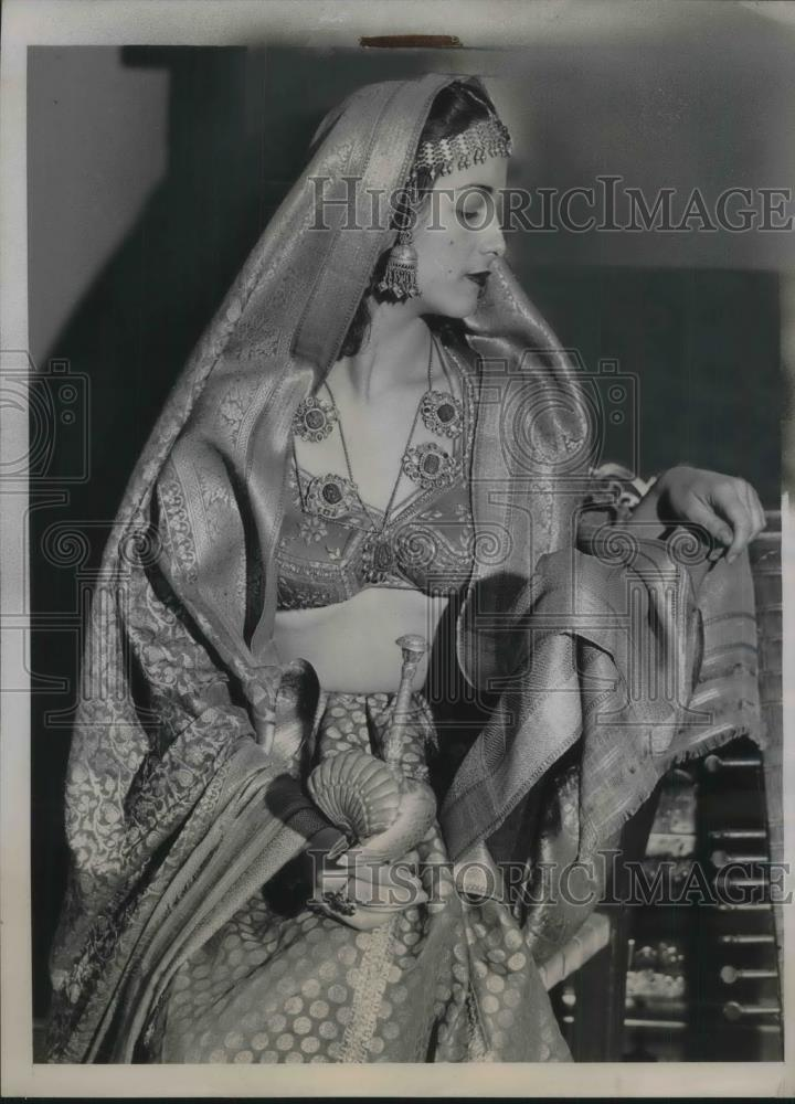 1938 Press Photo Yvonne Bahry New York City Actor In Indian Rajah Costume - Historic Images