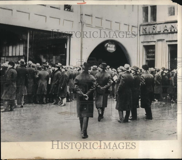 1932 Press Photo Crowds Line at Liquor Store in Finland After Prohibition Ended - Historic Images