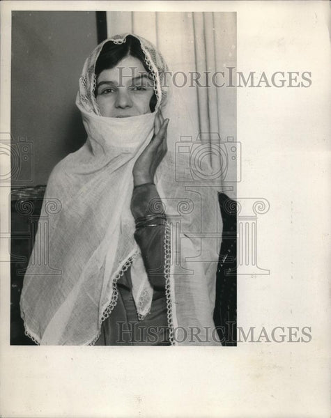 1931 Press Photo Mrs Suraya Shaar Wearing Shawl From Native Spain - Historic Images