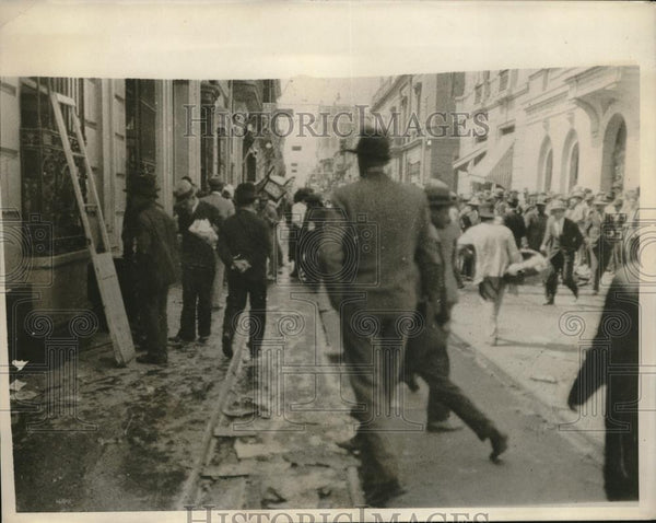 1930 Press Photo mob looting near home of ex-pres. Augusto Leguia in Lima - Historic Images