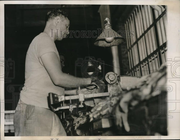 1935 Press Photo worker making Hudson Seal coats out of Muskrat fur - Historic Images