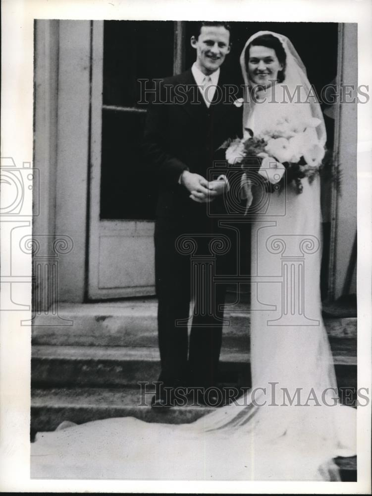 1941 Press Photo Mille Tolstoi & M. Lopukine As She Emerged From The Chapel - Historic Images