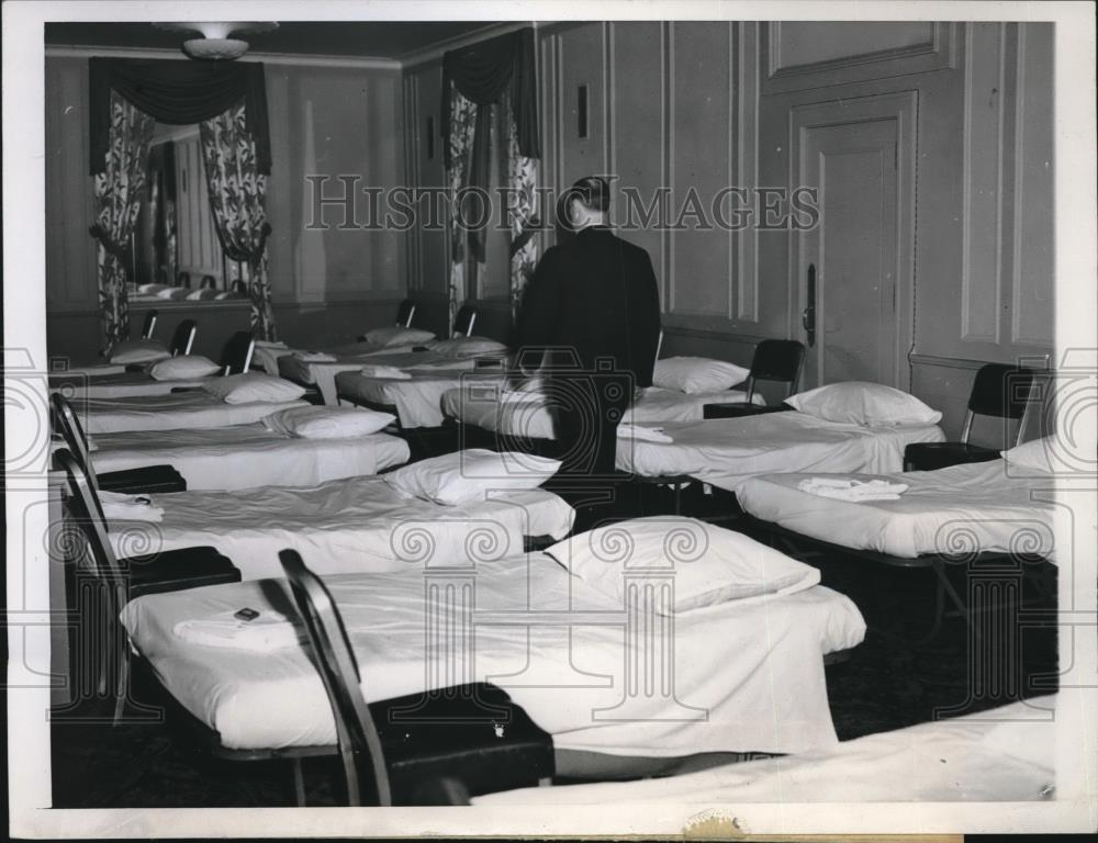 1946 Press Photo Chicago's Stevens Hotel Set Up Cots for Stranded Air Travelers - Historic Images