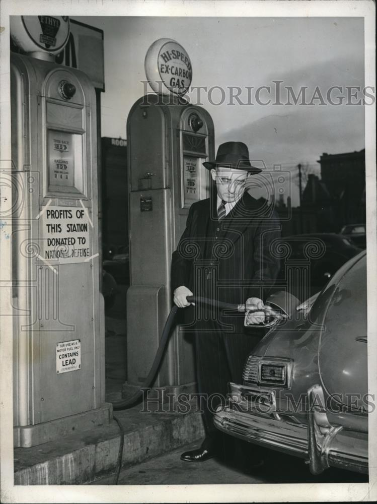 1942 Press Photo Abraham Lembers at 1 of His Gasoline Stations  Profits to Gover - Historic Images