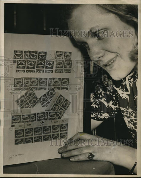 1940 Press Photo Ruth Moore Inspects First Issue of U.S. Airmail Stamp - Historic Images