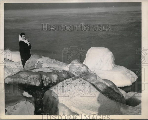1945 Press Photo Chicago's cold Lake Michigan - Historic Images