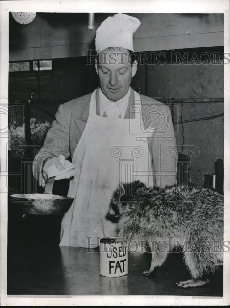 1944 Press Photo Leo Durocher Manager of Dodgers on KP Duty Feeding Raccoon - Historic Images