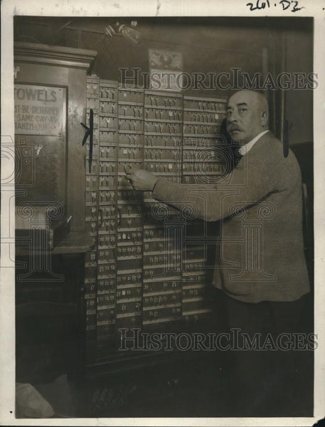 1921 Press Photo Keymaster is taking his pose. - Historic Images