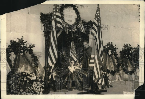 1922 Press Photo Col. C.O. Sherrill places wreath on Washington's Monument - Historic Images