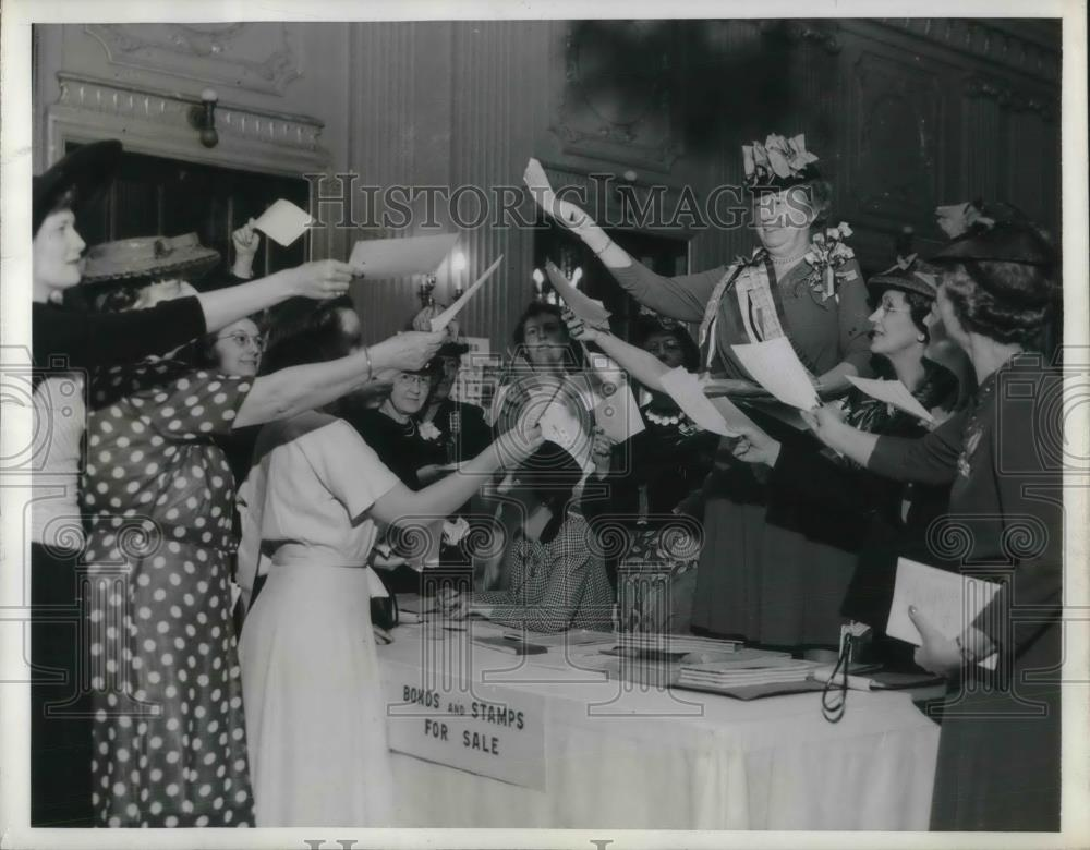 1942 Press Photo D.A. R. Buys Quarter Million Dollars in War Bonds - nec36520 - Historic Images