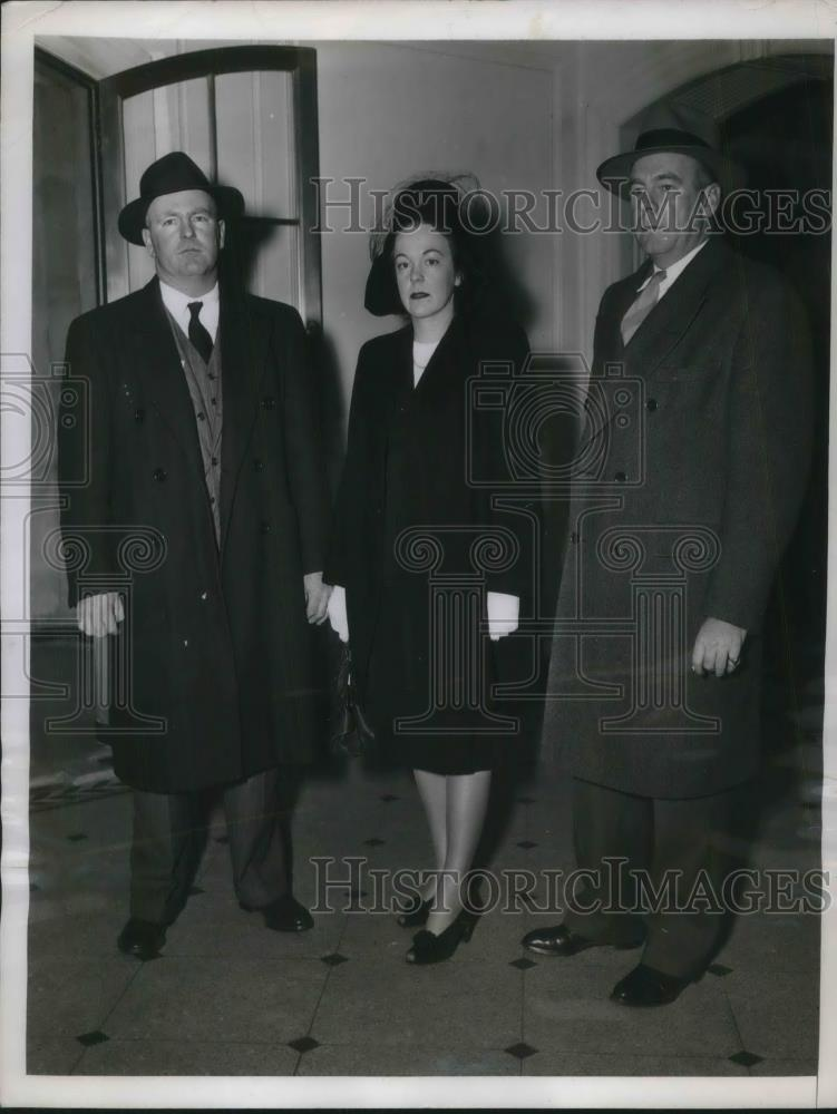 1946 Press Photo Kenneth, Patricia and William H. Walker pay respect to NY Mayor - Historic Images
