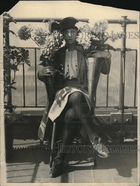 1922 Press Photo Elsie Roos Poses With Dahlias At Mannetto Nurseries - nec32850 - Historic Images