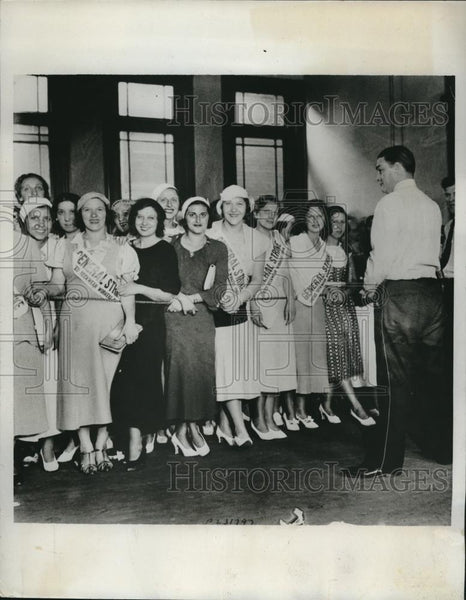 1933 Press Photo Strikers in front of a neckwear factory - nec31726 - Historic Images