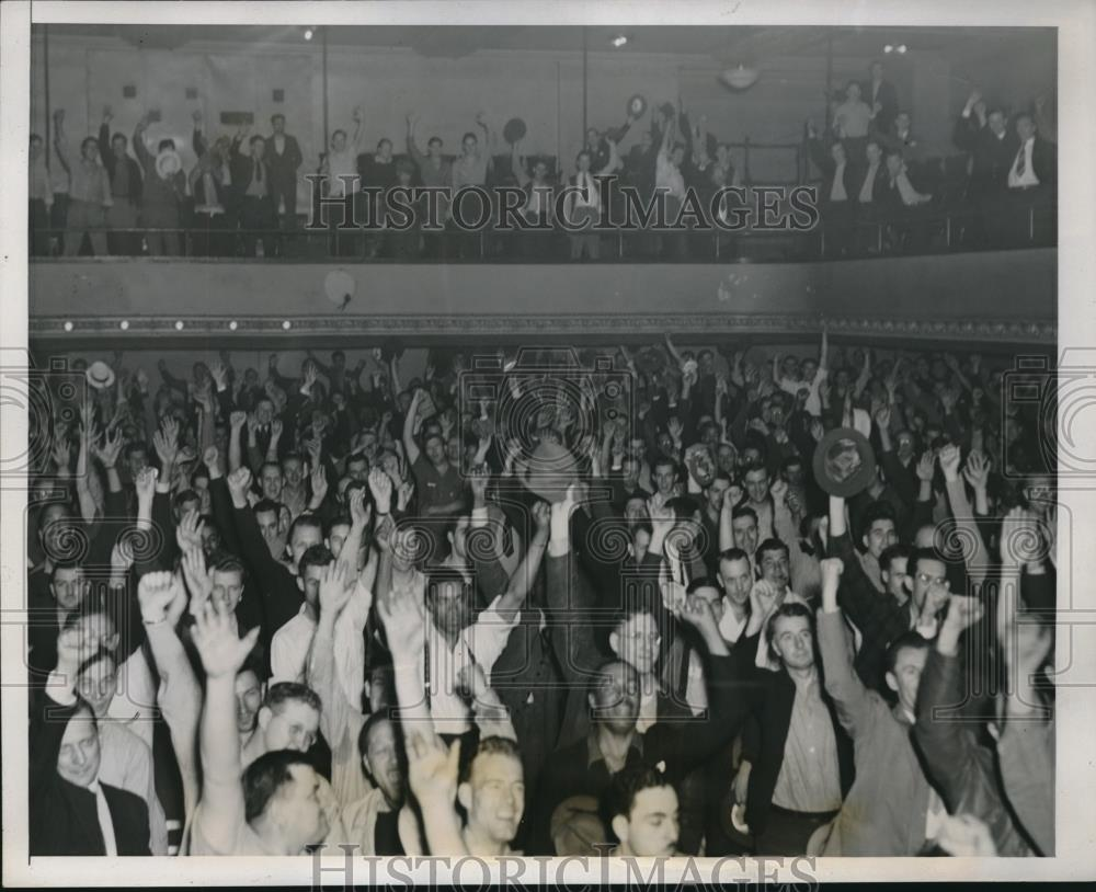 1941 Press Photo Members At CIO Union Hall During Aluminum Strike Power Fisting - Historic Images