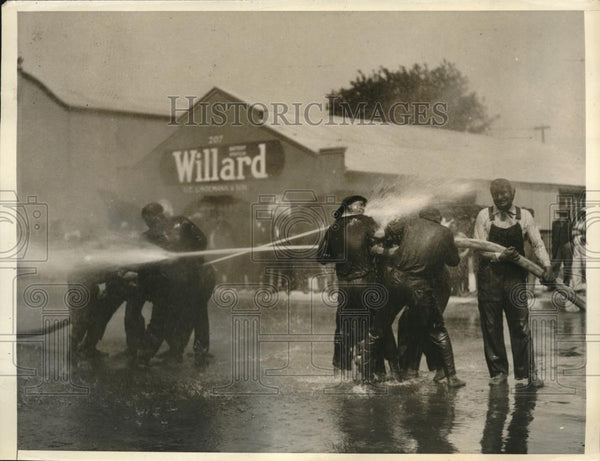 1923 Press Photo Santa Cruz firefighters water fight during training - Historic Images