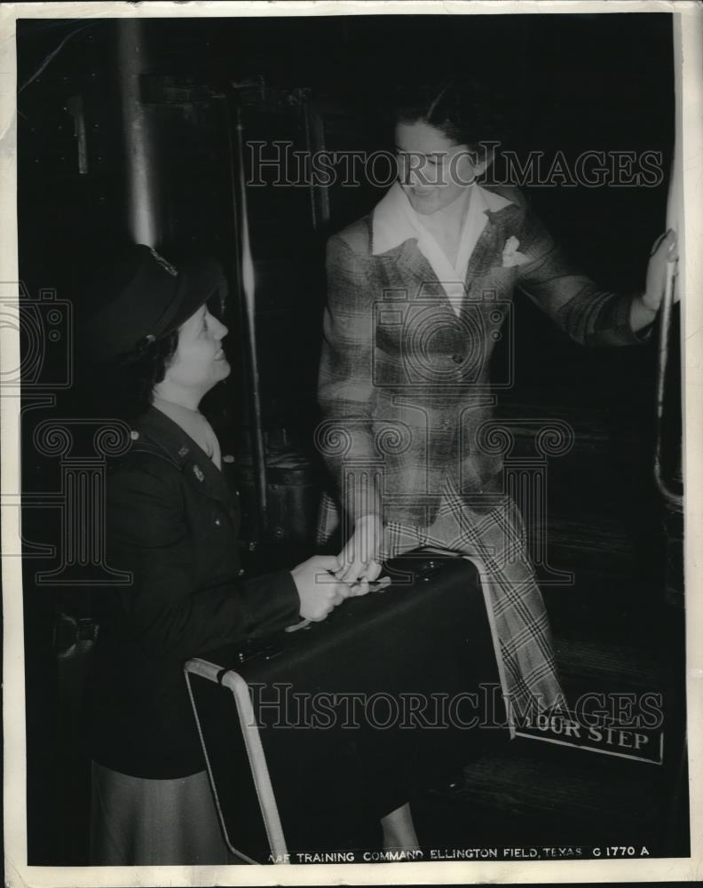 1944 Press Photo Kathleen Norris joins Army, Lt Norma Boudreax of Ellington - Historic Images