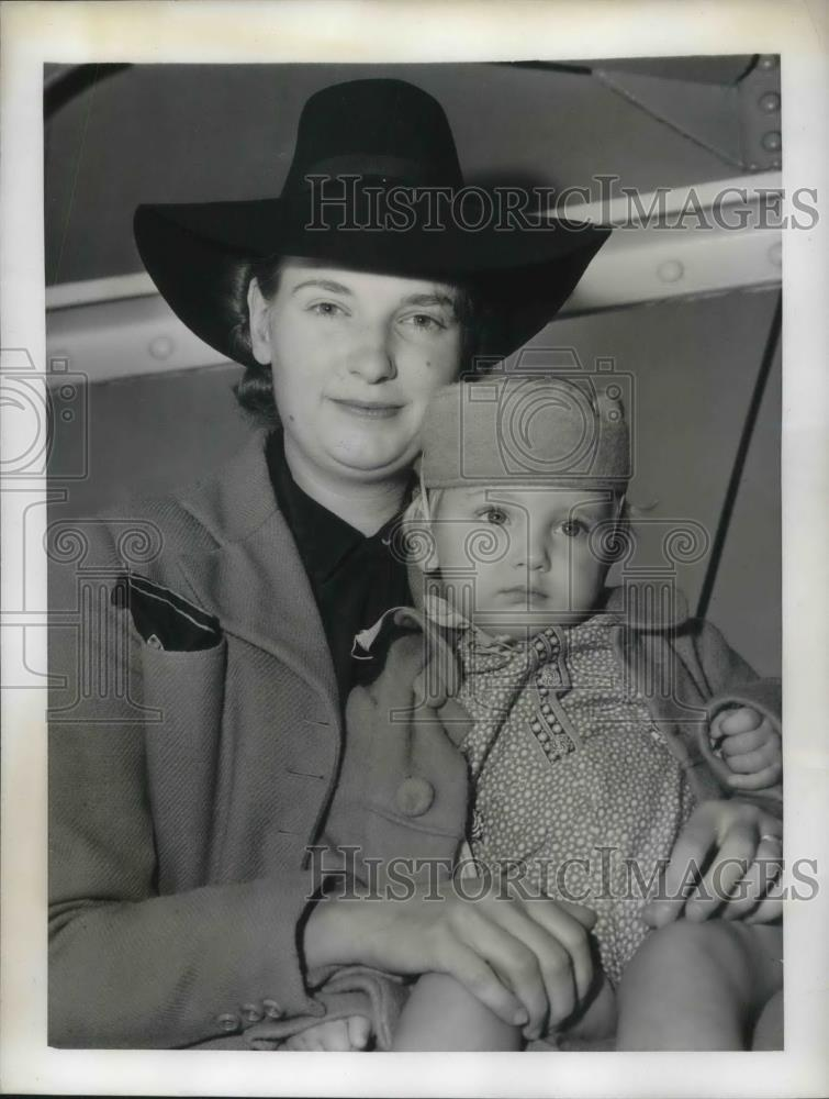 1941 Press Photo Mrs. Louis Depret and her son John flee France for duration of - Historic Images