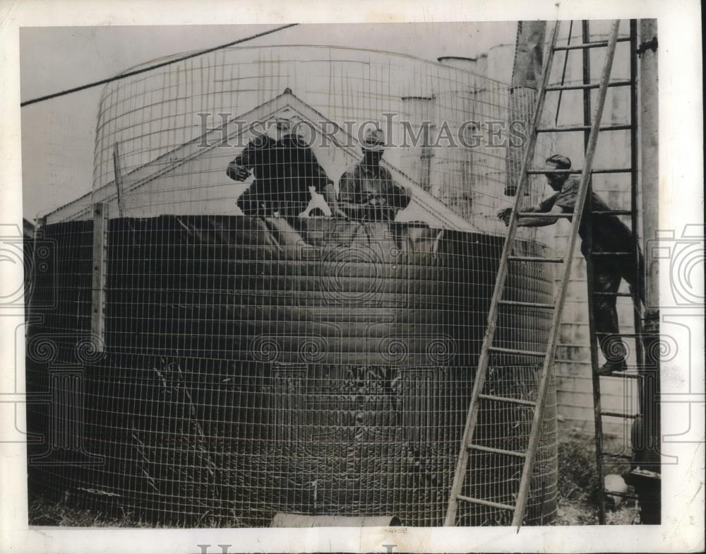 1945 Press Photo Farmer reinforcing structure for his grain overflow. - Historic Images