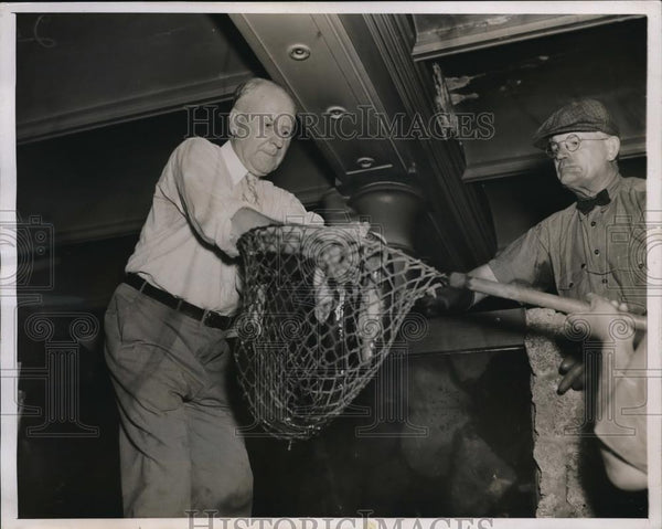 1937 Press Photo Dr. Robert Van Dusen & Charles Packer with electric eel - Historic Images