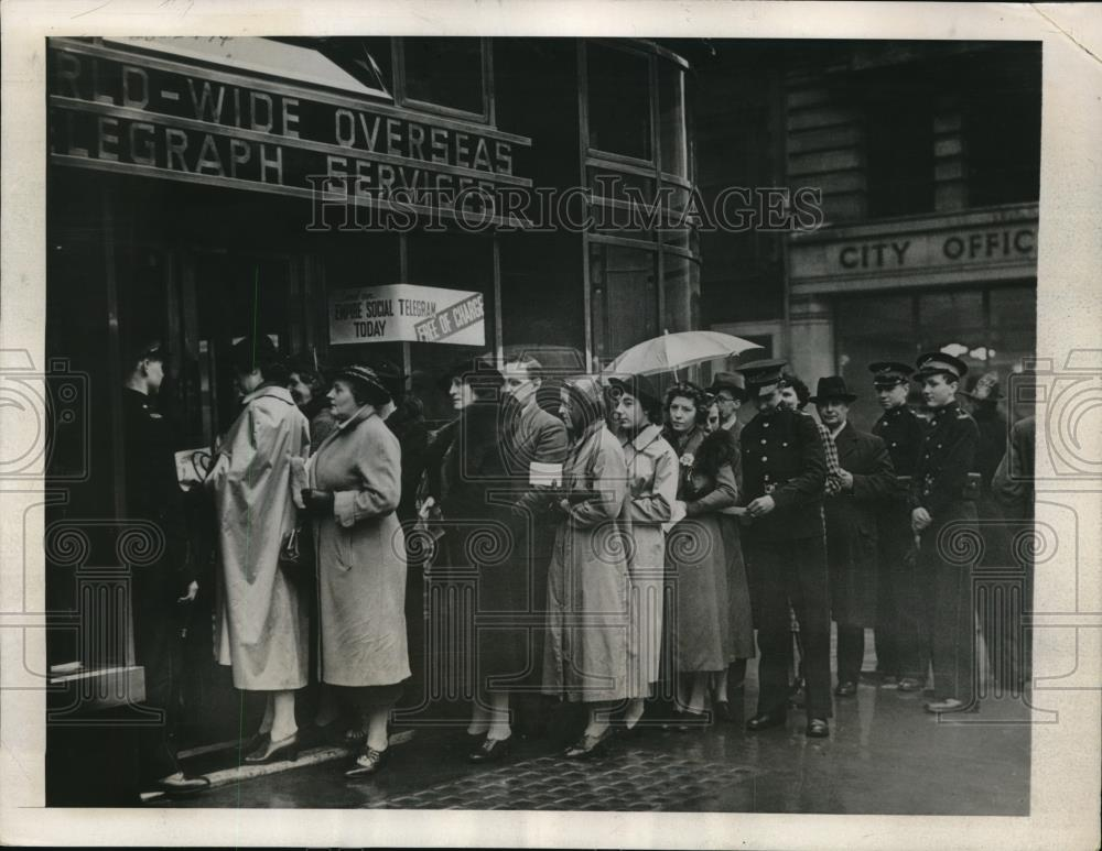 1939 Press Photo London crowd taking advantage of free cable services. - Historic Images