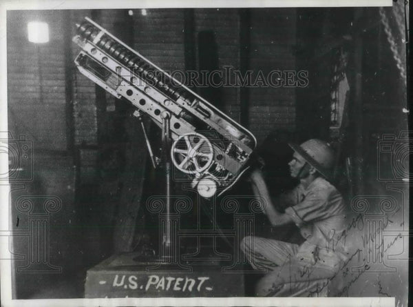 1940 Press Photo Coy Rigsby With Electric WWII Anti-Aircraft Gun Invented By Dad - Historic Images