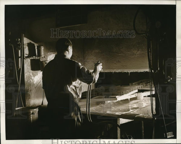 1937 Press Photo Painter Sprays First Enamel on Trains at Train Factory - Historic Images